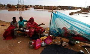 MDG : Floods in Sudan : A Sudanese homeless family rest on the side of a highway in Khartoum